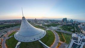 Högstämd sikt över centret med Khan Shatyr och natt för område för central affär till dagen Timelapse, Kasakhstan lager videofilmer