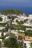 Högstämd sikt av Capri, en italiensk ö av den Sorrentine halvön på den södra sidan av golfen av Naples, i regionen av Campa Arkivfoto