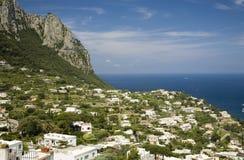 Högstämd sikt av Capri, en italiensk ö av den Sorrentine halvön på den södra sidan av golfen av Naples, i regionen av Campa Arkivbild