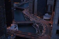 Högstämd sikt av Chicago River och Wacker drev Royaltyfri Bild