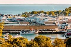 Högstämd sikt av den i stadens centrum Mackinac ön Arkivbild