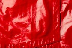 högstämd sikt av den skinande textilen för rött läder royaltyfri foto