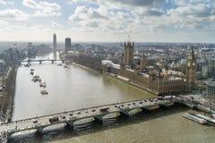 Högstämd sikt av den Westminster bron, flodThemsen och husen av parlamentet, London Royaltyfri Foto