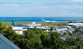 Högstämd sikt av Faaa den internationella flygplatsen Arkivfoto