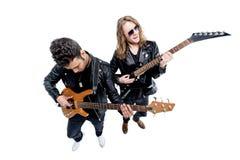 Högstämd sikt av musiker med elektriska gitarrer som isoleras på vit Arkivbild