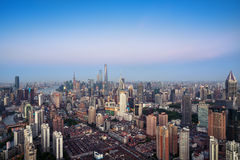 Högstämd sikt av Shanghai horisont arkivbilder