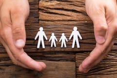 Högstämd sikt av skyddande familjdiagram för businessperson fotografering för bildbyråer