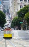 Högstämd sikt av spårvagnen på den stigande stigningen San Francisco arkivfoto