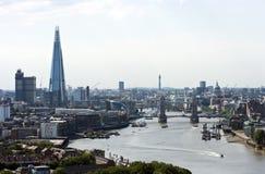 Högstämd sikt av tornbron, skärvan och St Pauls i London Royaltyfri Fotografi