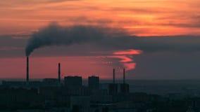 Högstämd sikt med soluppgång över centret med att röka rör och området för central affär Timelapse, Kasakhstan lager videofilmer