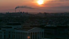 Högstämd sikt med soluppgång över centret med den statliga opera- och balettteatern och området för central affär stock video