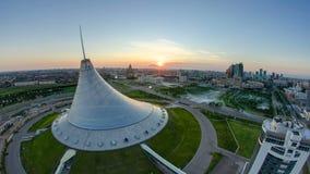 Högstämd sikt med soluppgång över centret med Khan Shatyr och området för central affär Timelapse, Kasakhstan stock video