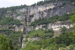Högst vattenfalldroppar från berget Royaltyfri Fotografi