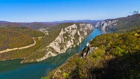 Högst vertikala klippor över Danube River på den Djerdap klyftan och nationalparken Fotografering för Bildbyråer