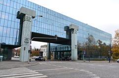 Högsta domstolen av Polen avspeglade byggande över gator i Warszawa, Polen fotografering för bildbyråer