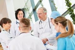 Högsta läkare med laget av doktorer arkivfoton