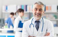 Högsta läkare som poserar i kontoret Fotografering för Bildbyråer
