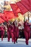 Högstadiumflaggakåren utför i Atlanta jul ståtar arkivbilder