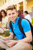Högstadiumstudenter som utomhus studerar på universitetsområde Royaltyfria Bilder