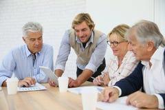 Högt affärsutbildningsmöte med instruktören arkivfoton