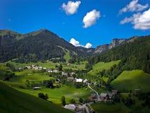 Högt berg för liten stad Arkivbilder