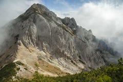 Högt berg i misten och molnen Royaltyfri Fotografi
