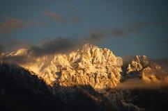 Högt berg i solljus nära den Ghizer dalen, Pakistan Fotografering för Bildbyråer