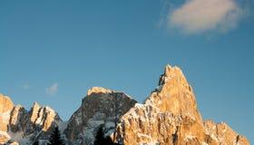 Högt berg med moln Arkivfoto