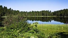 Högt berg, oåtkomlig sjö fotografering för bildbyråer