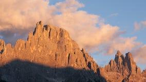 Högt berg på skymning Arkivfoton