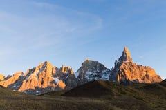 Högt berg på skymning Fotografering för Bildbyråer