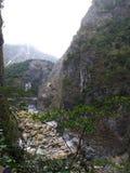 Högt berg VS den djupa dalen - Taroko royaltyfria bilder