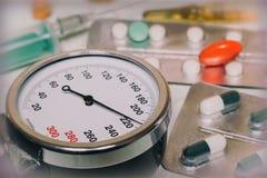 Högt blodtryck - hypertensive kris och läkarbehandlingar till tre Arkivbild