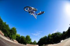 Högt BMX-hopp Arkivbilder