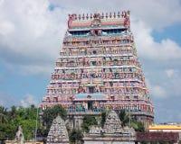 Högt dekorerad port till en hinduisk tempel royaltyfri bild
