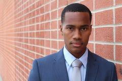 Högt detaljerad närbildstående av en ung smart lyckad afrikansk affärsman med kopieringsutrymme royaltyfri bild