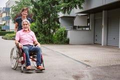 Högt folk i rullstol Arkivfoto
