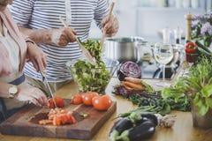 Högt folk som förbereder den sunda matställen arkivbild