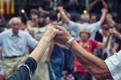 Högt folk som rymmer händer och att dansa Arkivbild