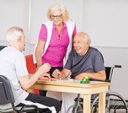 Högt folk som spelar Bingo i vårdhem royaltyfri bild