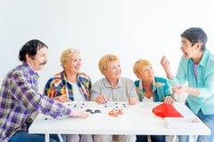 Högt folk som spelar brädelekar royaltyfri fotografi