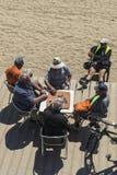 Högt folk som spelar domino på stranden, Barcelona Arkivbilder