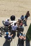 Högt folk som spelar domino på stranden, Barcelona Royaltyfria Foton