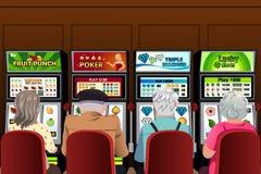 Högt folk som spelar enarmade banditer i kasinot Royaltyfri Foto