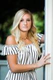 Högt foto för högstadium av blond Caucasian flickadet fria i Romperklänning fotografering för bildbyråer