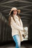 Högt frankt le för Caucasian högstadium i rät maskavinterkläder och diskett hatt arkivbild