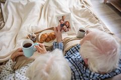 Högt gift par som hemma kopplar av royaltyfri fotografi