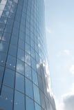 Högt glass torn i centrum Arkivbilder