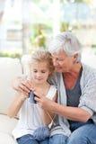 Högt handarbete med henne sondotter Royaltyfri Fotografi