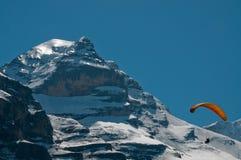 högt hoppa fallskärm för berg Arkivbild